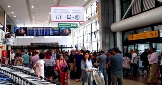 golpes no aeroporto de Santiago